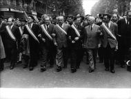 Politicians walking together in a rally during the Algerian War.
