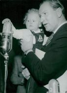 Urstockholmaren, 16 months old Sifver and Sigge Fürst in front of the microphone, speldosan.