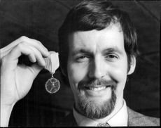 Rolf Edling with the brace medal in his hand