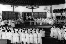 Pope Paul VI in church.