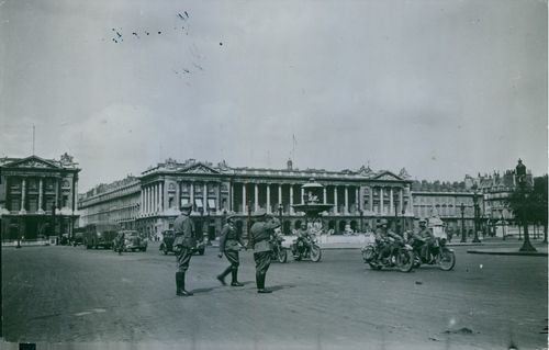 German troops in Paris on the Place de la Concorde, 1940.