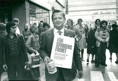 Olof Palme collects money for Spain on Sergelgatan at lunch time