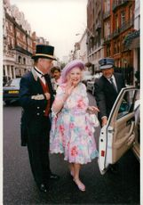 Barbara Cartland på väg in i en taxi