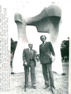 """Sculptor Henry Moore and State Secretary Michael Heseltine at the handover of the sculpture """"The Arch"""" in Kensington Gardens"""