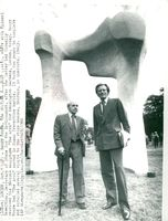 "Sculptor Henry Moore and State Secretary Michael Heseltine at the handover of the sculpture ""The Arch"" in Kensington Gardens"