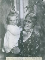 Elsa Brändström carrying her daughter.