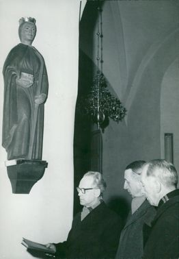 Fr. v. kyrkoherde Sigurd Håkansson and the church hosts Uno Dahlquist and Rune Forslund in front of the S: ta Ragnhild sculpture