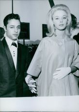 Jill Haworth hold hands with Sal Mineo on her side, 1962.