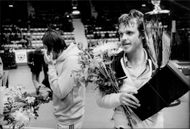Wojtek Fibak with flower bouquet and cup after the win
