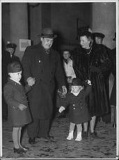 "Johan Jonatan ""Jussi"" Björling with his wife and children, at a function."
