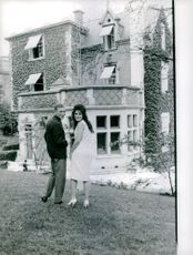 Dalida  with her husband, looking back.