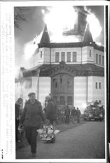 It carries sexton Göte Gustafsson remove one of the chandeliers that could be towed away from the fire in Örsjö church