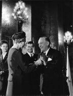 Princess Sibylla surrender the gold medal to the Secretary General Henrik Beer at the Red Cross 100 years anniversary