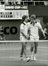 Hans Simonsson thanks his opponent after the end of the match. The competition is unknown.
