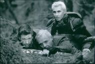 Lee Tamahori, Alec Baldwin and Anthony Hopkins together in a scene of film The Edge.