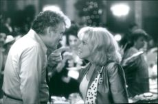 Bette Midler as Lilly Leonard and Dennis Farina as Dan de Mora in the film That Old Feeling, 1997.