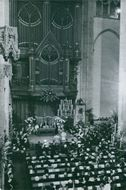 Princess Margaret together with many people in a Cathedral.