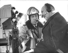 Helicopter operator, first police assistant Gert Skogsberg instructs the Finnish National Commissioner Fjalar Jarva about the helicopter equipment.