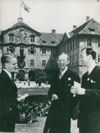 The Institute of International Youth Institute Jan Löfkvist, in collaboration with Prince Wilhelm and Lennart Bernadotte during a break in the ceremonies of Mainau