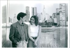 """A scene from the film """"Kär i karriären"""" (For Love or Money ), with Michael J. Fox as Doug Ireland and Gabrielle Anwar as Andy Hart, 1993."""
