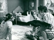 Gisela Frisén instructs Maud Husberg and Yvonne Lombard at the recording of