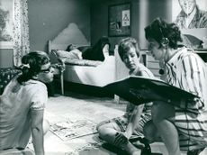 """Gisela Frisén instructs Maud Husberg and Yvonne Lombard at the recording of """"Malte and Malin"""". In the bed in the background, Sune Mangs takes a break"""