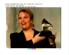 Mary-Chapin Carpenter smiles as she holds her 1994 Grammy Awards.