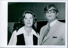 Robert Charles Durman Mitchum standing with his wife Dorothy in 1970.