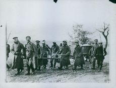Soldiers walking in the field while carrying something during Tyskland war, 1915.