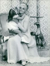 Sandra Milo photographed with child at home.