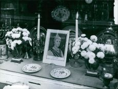 Photograph of Wilhelmina in the frame for memorial.