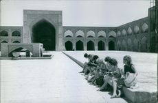Women sitting in the ground of Baghdad Mosque.