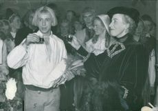 """Rune Lindström bowls with Pauline Brunius after the end of the """"Himlaspelet"""" at Dramaten"""