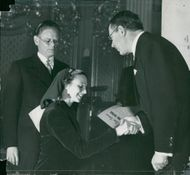 Inga Tidblad receives a medal of Crown Prince Gustaf Adolf at the Swedish Theater Association's half-century jubilee at the Opera. T. v. Sven d'Ailly