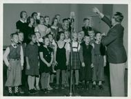 Singing from Alviks school sings in school radio