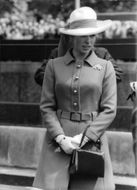 Prinsessan Anne standing, wearing a hat.