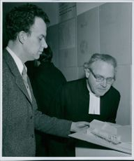 Architect Peter Celsing and commissioner Sten Kahnlund at the model of the previous proposal, which won the second prize at the church show in the Historical Museum