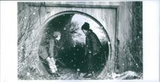 "A photo of Henry (Macaulay Culkin) and Mark (Elijah Wood) in a tunnel in a film ""Onskans Ansikte"""