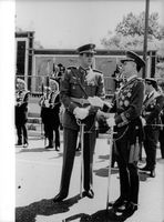 Juan Carlos I shaking hands with an officer.