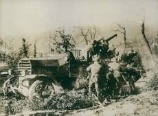 Soldiers operating the cannon in the field during Tyskland war.