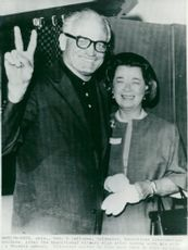 Barry Goldwater makes the victory when he voted with his wife in a school in Phoenix