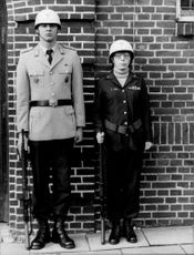 A Bundeswehr soldier next to his American colleague