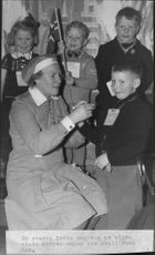 A Swedish Lotta surrounded by some happy Norwegian kids that were to return home. - 12 March 1946