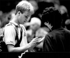 Magnus Gustafsson writes autographs during the Stockholm Open 1989.