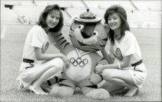 Smiled together with the British mascot before the Olympics