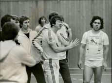 Portrait image of Bertil Andersson, handball coach, instructs his players.