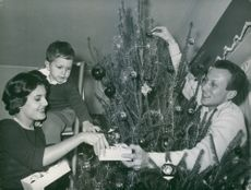 Rossana Podestà with her family decorating the christmas tree.