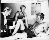 Gunnar Larsson gets his legs shaved before the next race. Besides, Bengt Ginssjö is sitting.