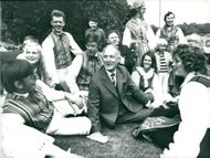 Gunnar Hedlund, the center party leader, among young people dressed in national costume