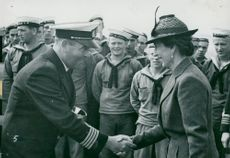 Boat crew No. 3 from the pansar ship Queen Victoria won the race between the lifeboat team and the fleet's armor ship, and the ship manager is here to receive the honorary award of Louise Mountbatten